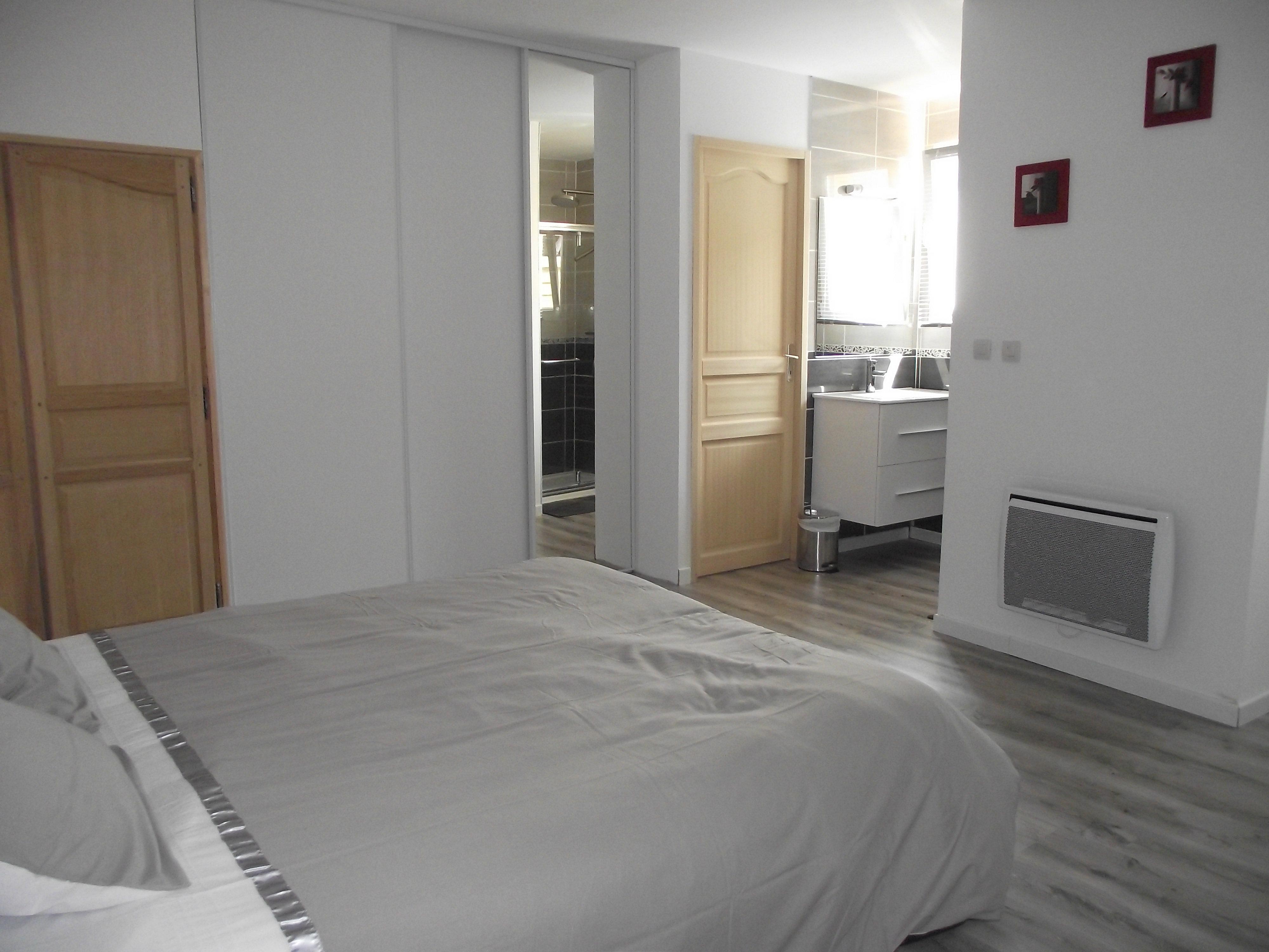 location g tes epargnes charente maritime domaine poncereau de bas chambre avec coin douche. Black Bedroom Furniture Sets. Home Design Ideas