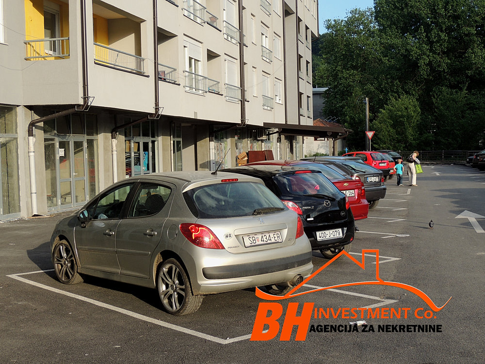 Parking prostor iza zgrade