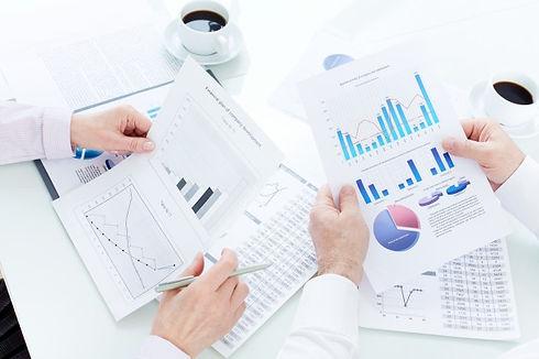 primer-plano-ejecutivos-leyendo-graficos