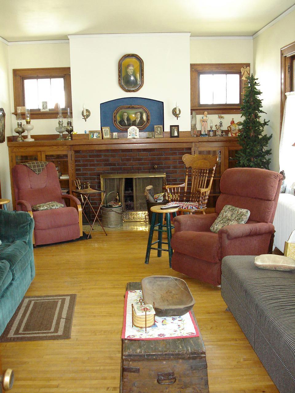 Blueskyrealestatedl 807 6th st ne living for Living room west 6 brooklyn