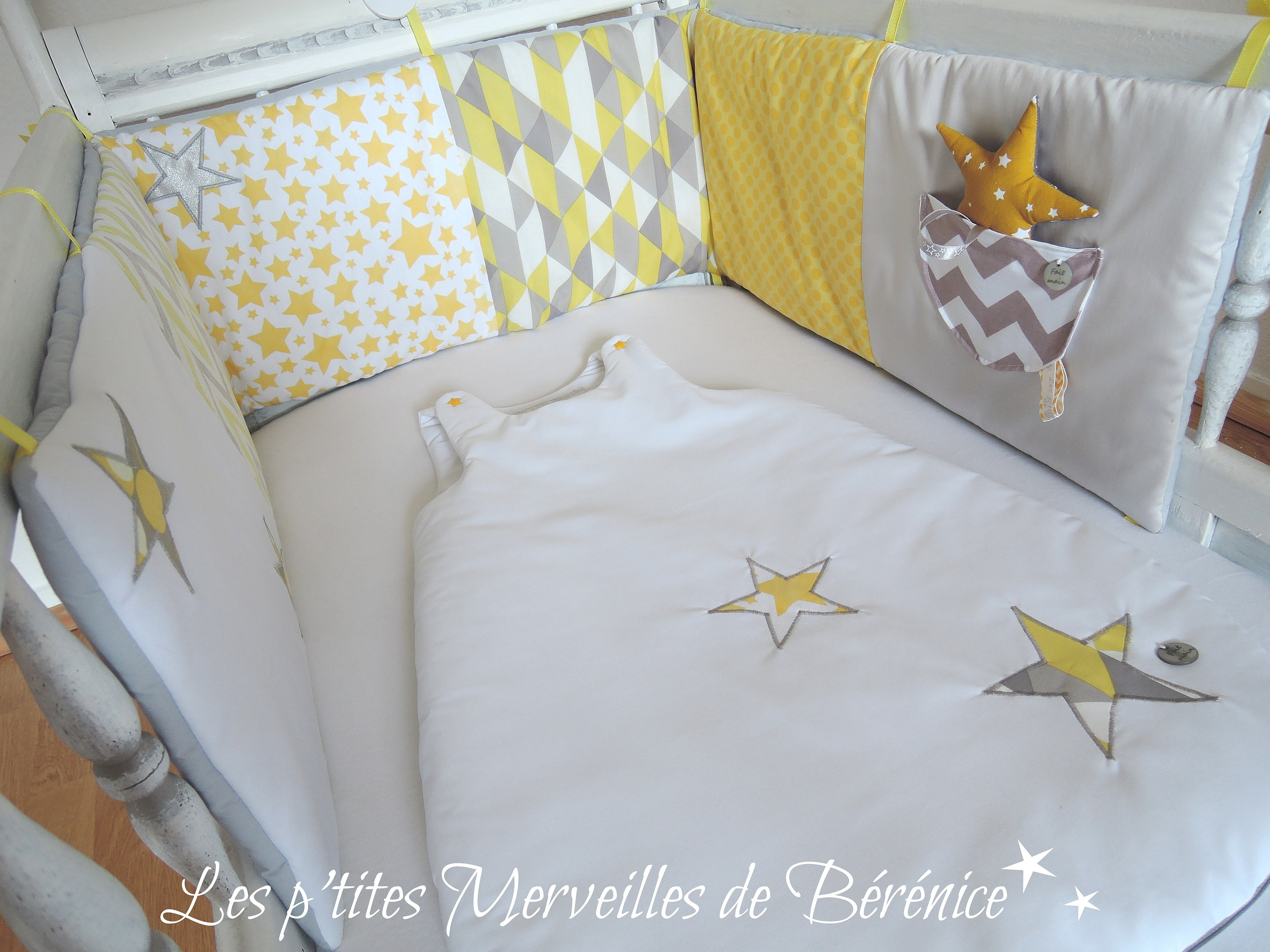 les p 39 tites merveilles de b r nice tour de lit gigoteuse motifs g om triques blanc jaune gris. Black Bedroom Furniture Sets. Home Design Ideas