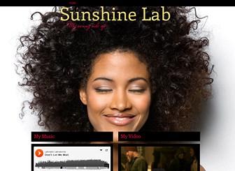 Moja Strona Muzyczna Template - Ten darmowy, jednostronicowy szablon witryny pozwoli przenieść twój rytm do sieci. Zamieść teledyski i piosenki, nagłośnij informacje o występach oraz podziel się najnowszymi informacjami z fanami. Dopasuj wygląd i kolorystykę, aby skomponować witrynę harmonizującą z twoim brzmieniem.