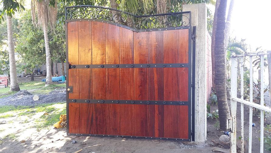 Fabrica de estructuras metalicas y herreria portones for Puertas y portones de madera