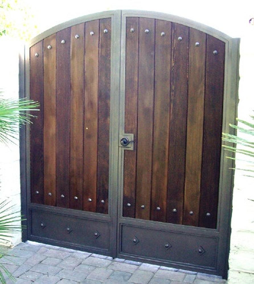 Fabrica de estructuras metalicas y herreria portones for Puertas de madera con herreria