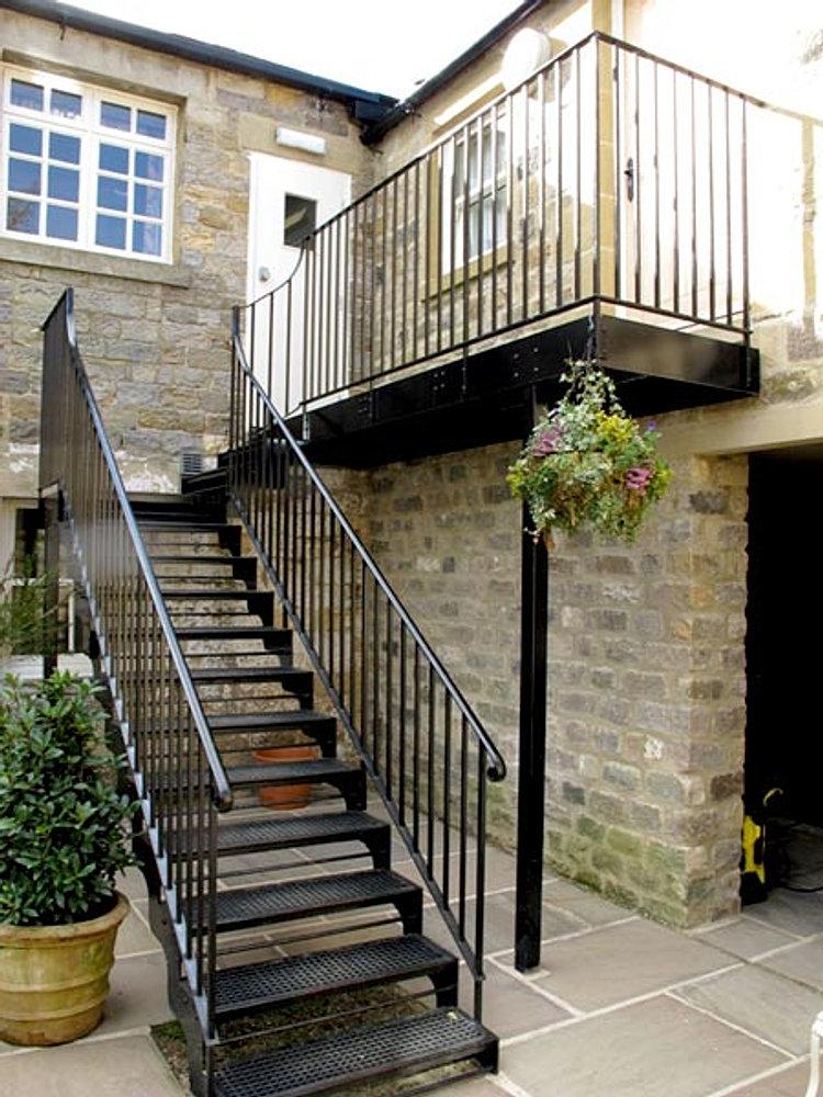 Fabrica de estructuras metalicas y herreria portones for Modelos de escaleras exteriores