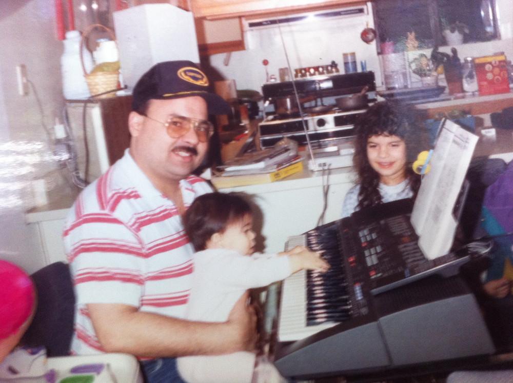 Mi inclinación a la música desde bebé. En la foto: Yo soy la bebé en la falda de papi y mi hermana Esmy es la que sale junto a nosotros.