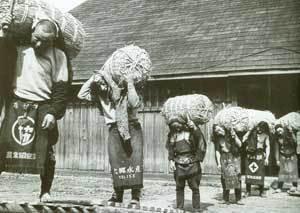 米俵を担ぐ人たち