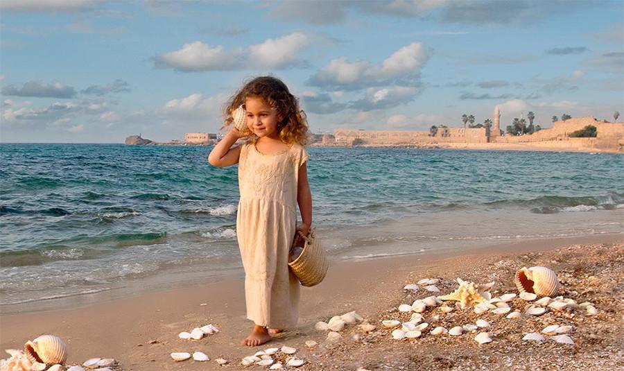 dorit-lombroso-girl-with-shells