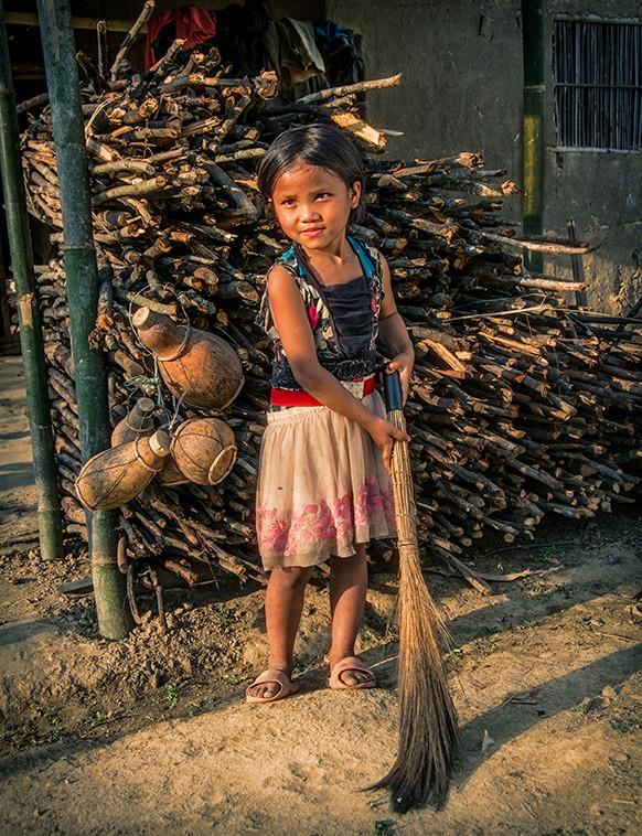 Dorit-Lombroso-girl-with-broom