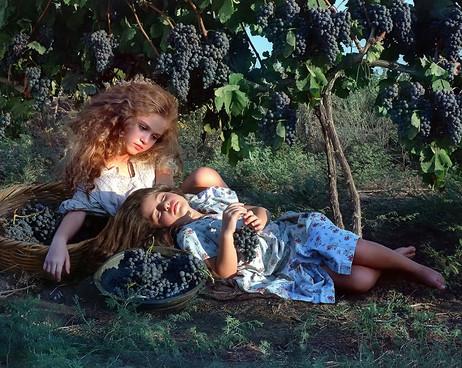 dorit-lombroso-girls-in-vineyard