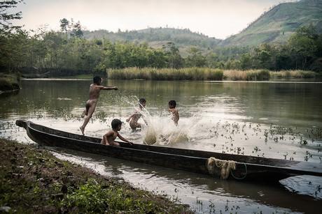 Dorit-Lombroso-kids-splashing-in-water