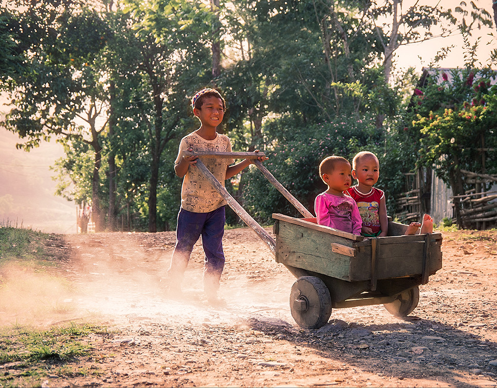Dorit-Lombroso-kids-with-wheelbarrow