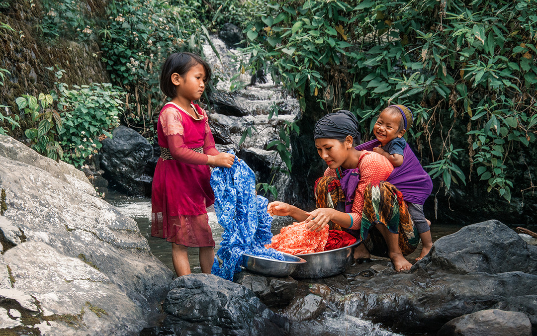 Dorit-Lombroso-washing-cloths-in-river