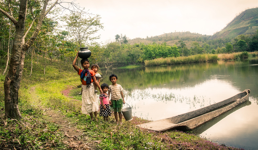 Dorit-Lombroso-children-carrying-water