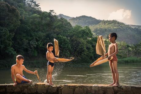 Dorit-Lombroso-boys-with-bamboo-boats