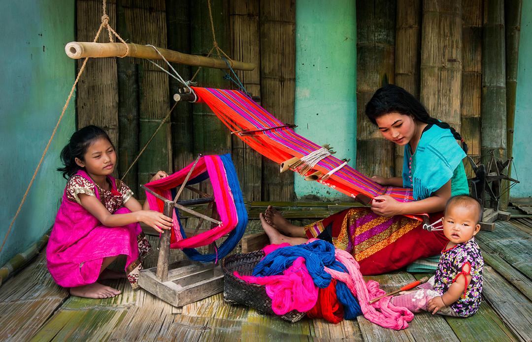 Dorit-Lombroso-women-weaving