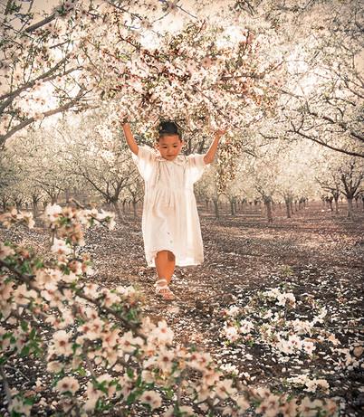 Dorit-Lombroso-girl-in-blossom-field