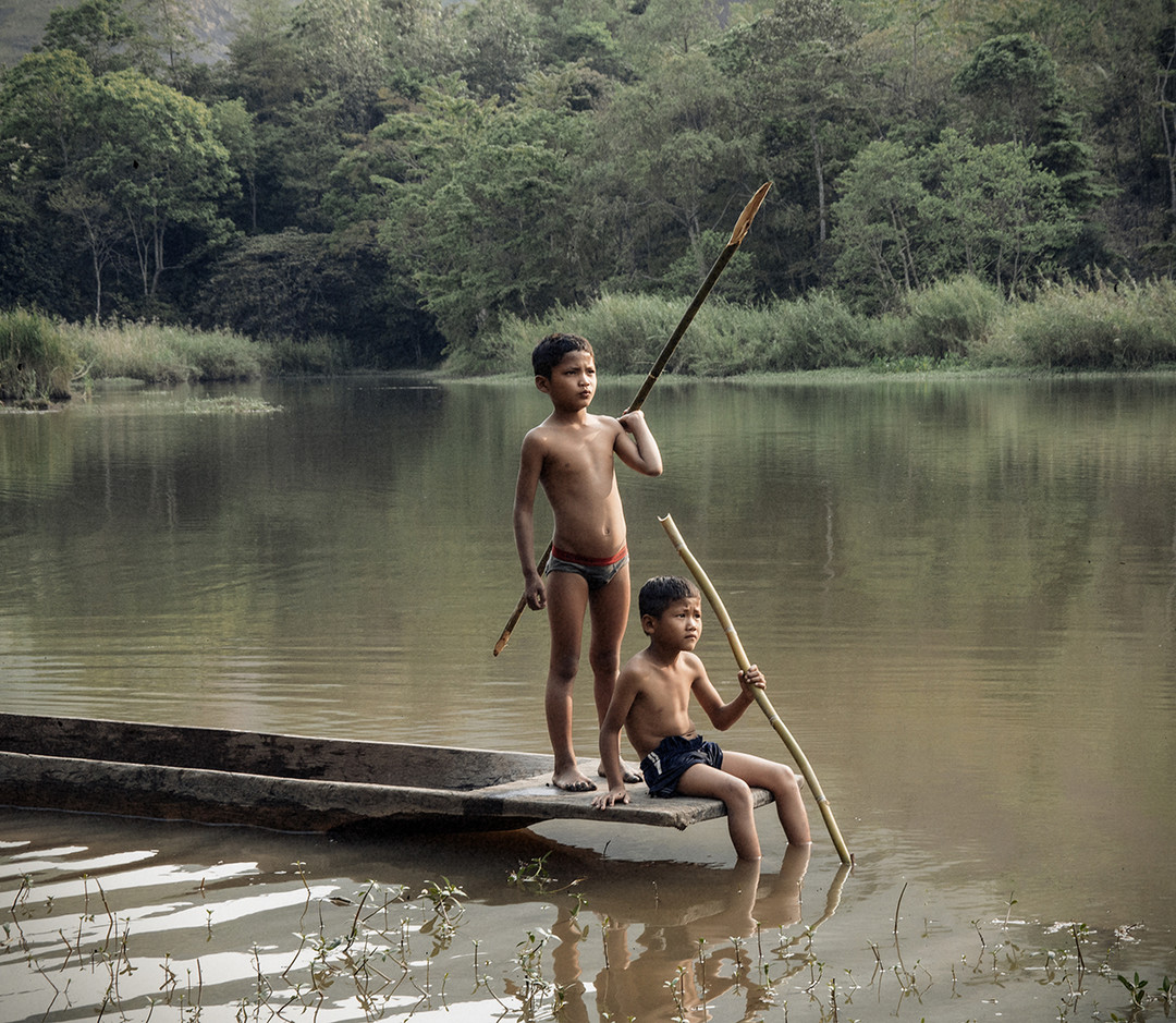 Dorit-Lombroso-boys-with-fishing-spears