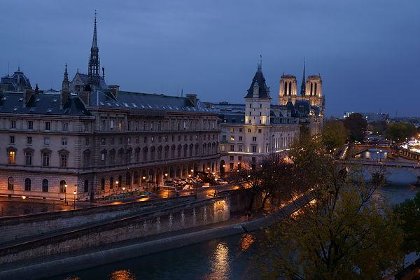Notre-dame-by-Night-1vv.jpg