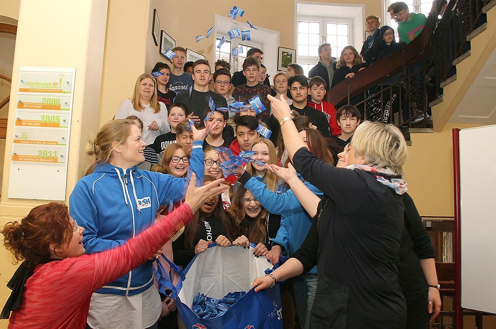 Gemeinschaftsschule am Seminar Weg überreicht Scheck an die R.SH hilft helfen-Stiftung