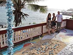 Ilona Hans-Collas, Michel Hans, Christine Leduc-Gueye sur la terrasse de l'exposition, île de Ngor