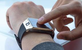męzczyzna spoglądający na zegarek