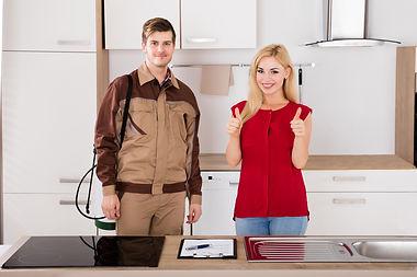 pracownik pogotowia ddd i zadowolony klient