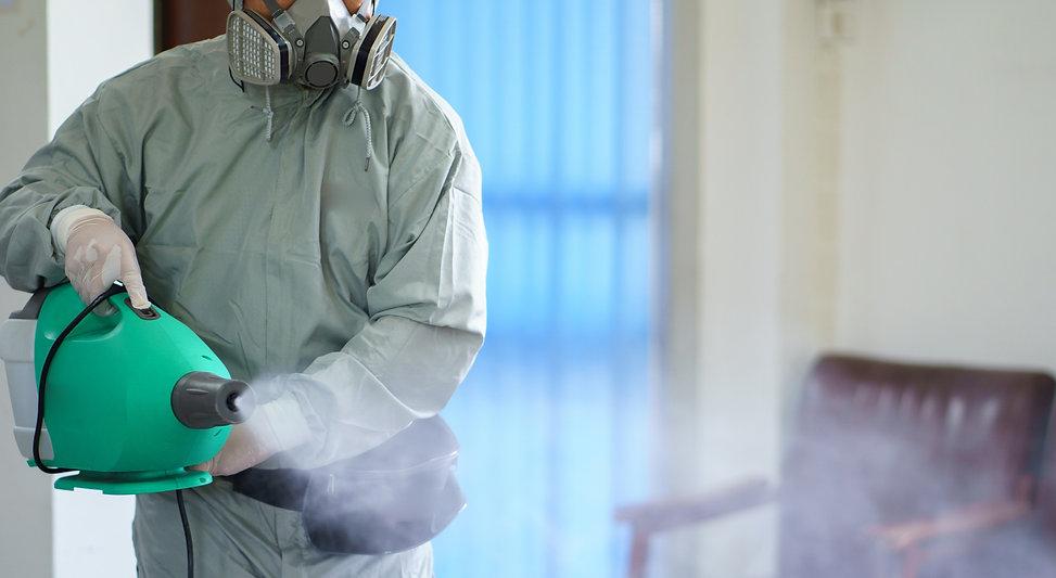 technik pogotowia ddd podczas zabiegu dezynfekcji metodą zamgławiania