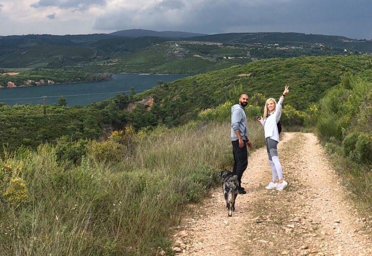 Η Julia Nova με τον φίλο της Mike Bigileos σε πεζοπορία στη Λίμνη Μαραθώνα