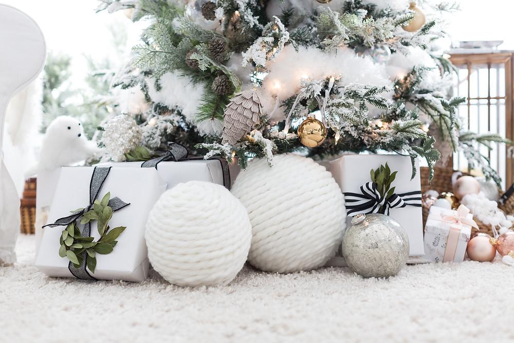 Οι μεγάλες λευκές χριστουγεννιάτικες μπάλες δίνουν την αίσθηση μιας χιονομπάλας στο σπίτι σου!