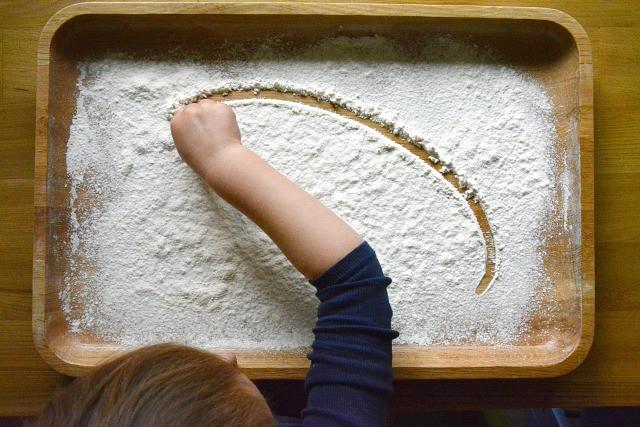 Σχέδια σε αλεύρι | Φωτ.: how we montessori