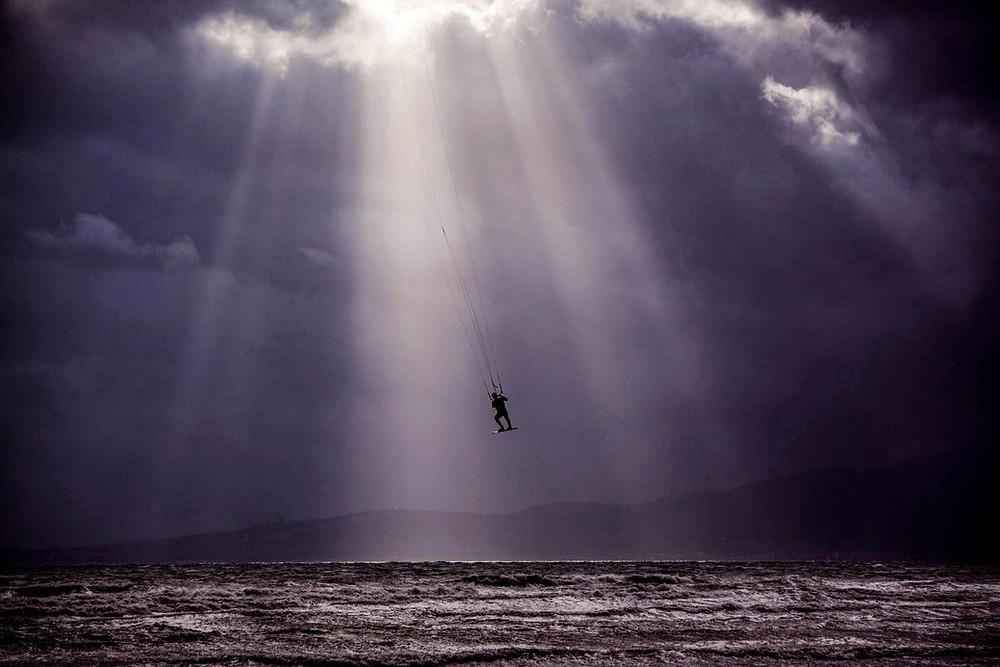 Kitesurfing στη θάλασσα Σχινιά μια κρύα μέρα του χειμώνα | Maxx Romeo