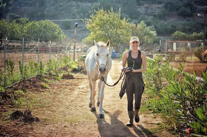 Η Αντιγόνη Νταλιάνη, πρωταθλήτρια Ιππικής Αντοχής μένει Νέα Μάκρη δίπλα από το στάβλο και τη μικρή της φάρμα.