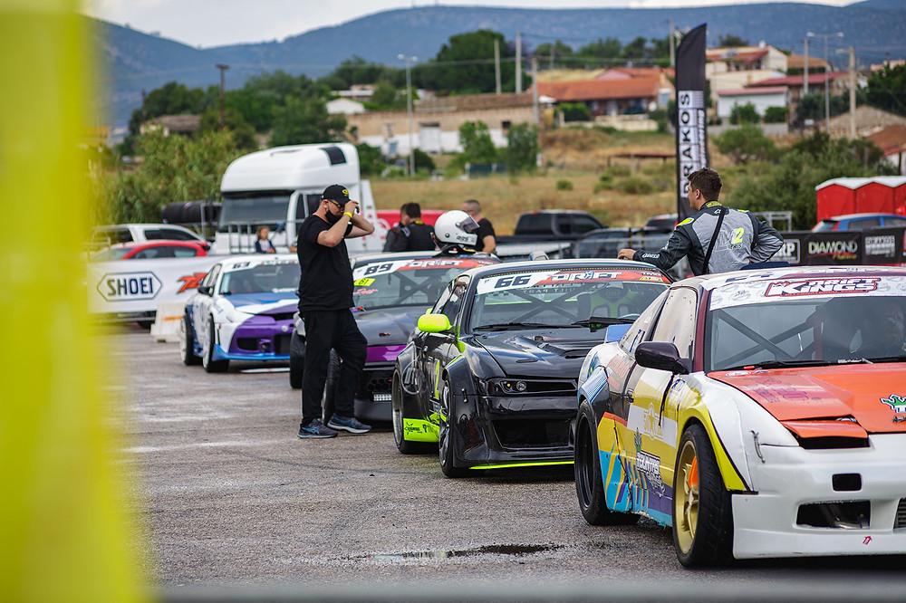 Οι αγωνιζόμενοι παίρνουν σειρά για την εκκίνηση drift