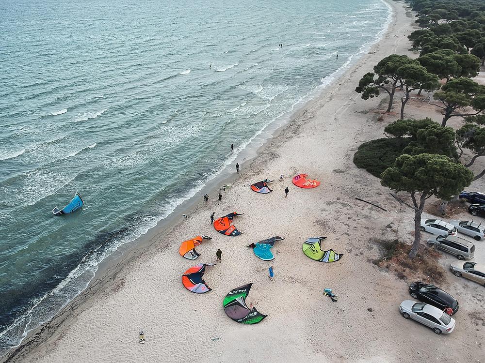 Η kite παρέα μαζεύεται συνήθως στο τέλος του Πευκοδάσους | Φωτ.: Νικόλαος Αναστασόπουλος