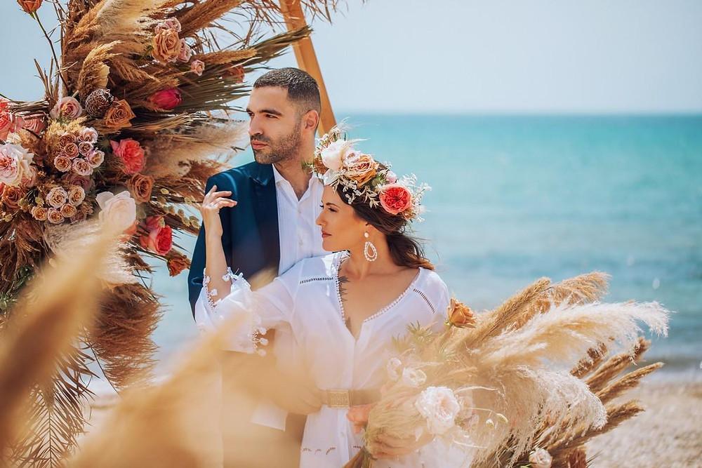 """Η Μαρία και ο Βασίλης: το αληθινό ζευγάρι που φωτογραφήθηκε για το Yes I do στην παραλία του Σχινιά """"Γαλάζια Ακτή"""""""
