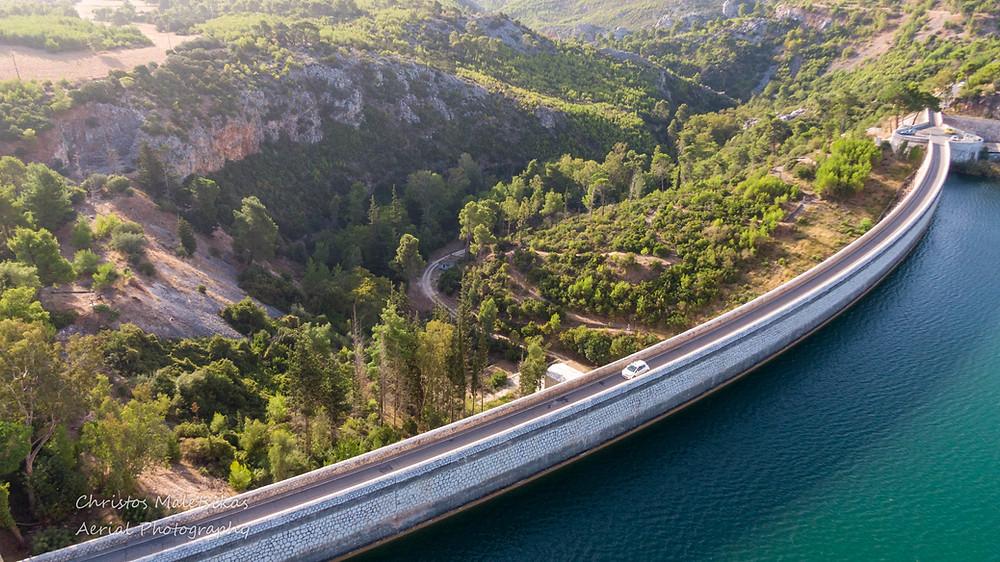 Η λίμνη Μαραθώνα με το ομώνυμο Φράγμα