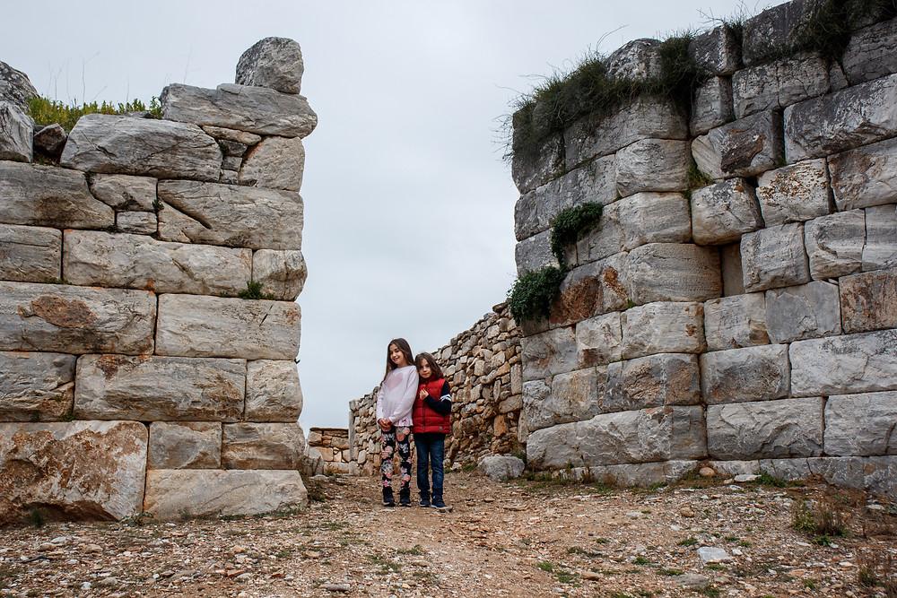 Ο Στέλιος με την αδερφή του Βερόνικα, όμορφα αγαπημένα αδέρφια με φόντο τα αρχαία τοίχοι του Ραμνούντα | Φωτ.: Χάρης Φετέρης