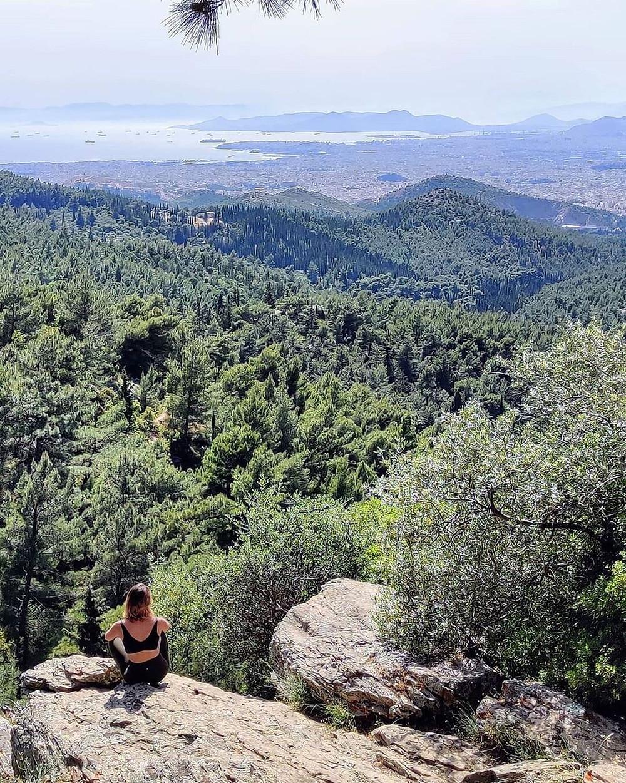 Στην κορυφή του βουνού με θέα την παραλία Σχινιά