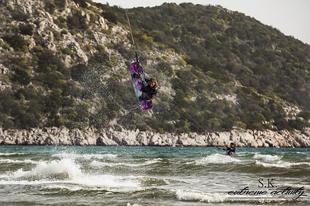 Kitesurfing στο τέλος της παραλίας Σχινιά | Φωτ.: S.K. extreme activity