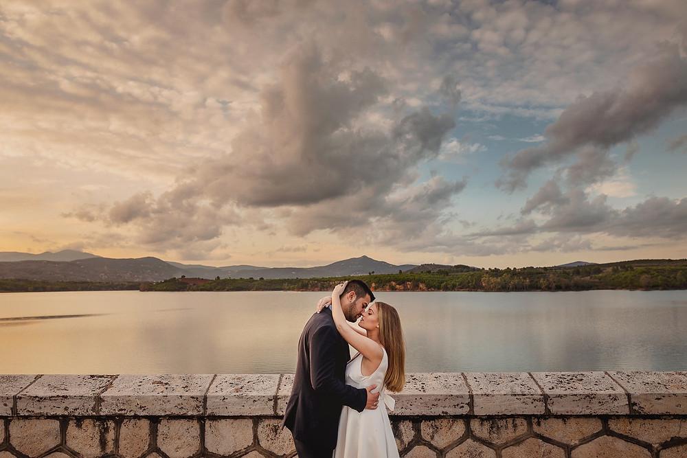Νιόπαντρο ζευγάρι σε μια μαγική φωτογράφιση στο Φράγμα Μαραθώνα | @manthos.photography