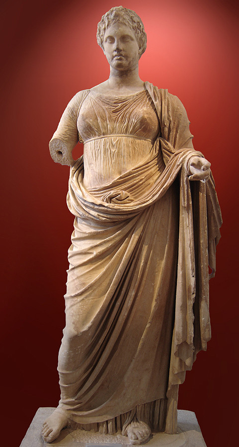 Μεγαλύτερο του φυσικού μεγέθους άγαλμα της Θέμιδας από πεντελικό μάρμαρο, που σώζεται μαζί με το χαμηλό βάθρο του. Βρέθηκε, το 1890, στον Ραμνούντα, μέσα στο μικρό ναό της Νέμεσης, τον λεγόμενο ναό της Θέμιδας ~ 300 πχ (ύψος 2.22μ)