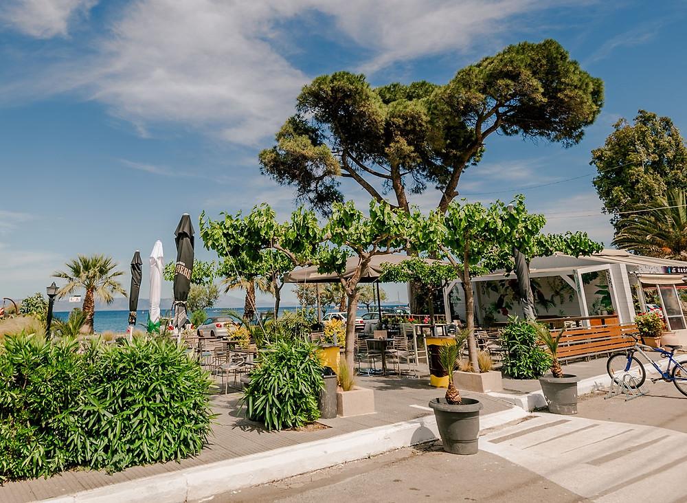 Ο κήπος του Seacret με θέα θάλασσα
