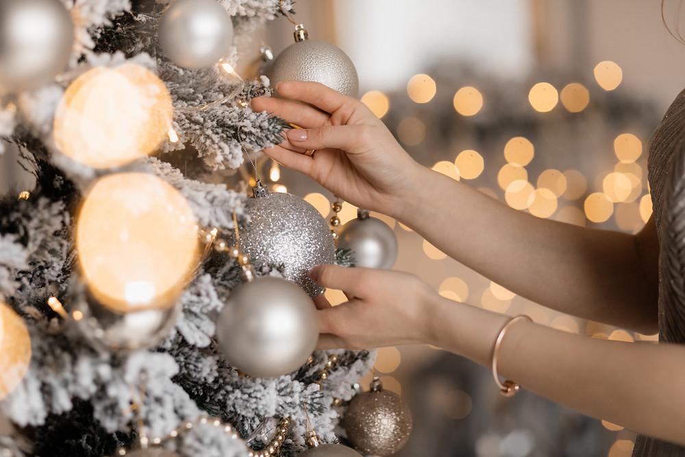 Το λευκό χρώμα είναι η πιο elegant πρόταση για τον στολισμό του σπιτιού μας φέτος τις γιορτές.