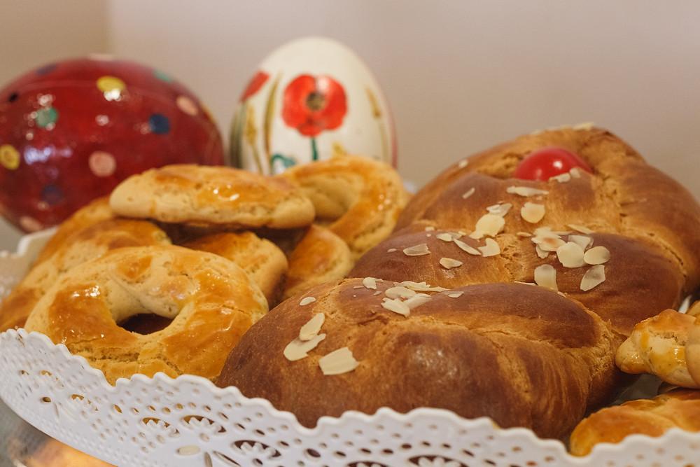 Πασχαλινά καλούδια και στο βάθος αυγά στρουθοκαμήλου διακοσμημένα με πασχαλινά μοτίβα!  
