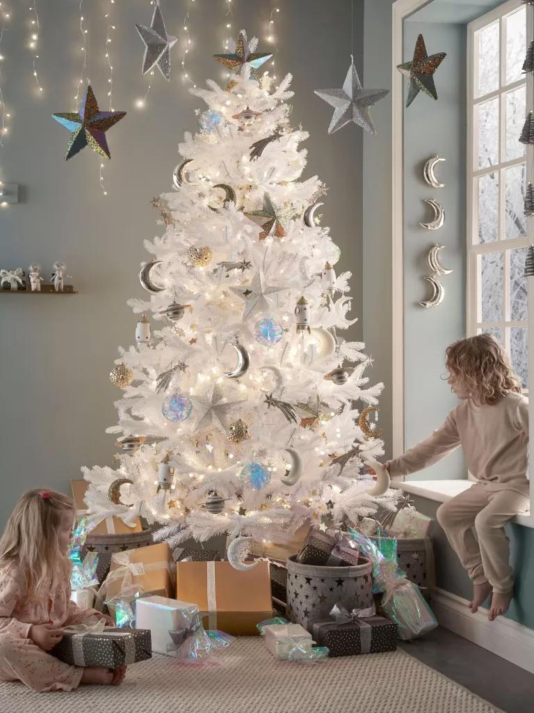 Το λευκό χριστουγεννιάτικο δέντρο φωτίζει και τις πιο γκρίζες μέρες του Δεκέμβρη! (Image credit: Cox & Cox)