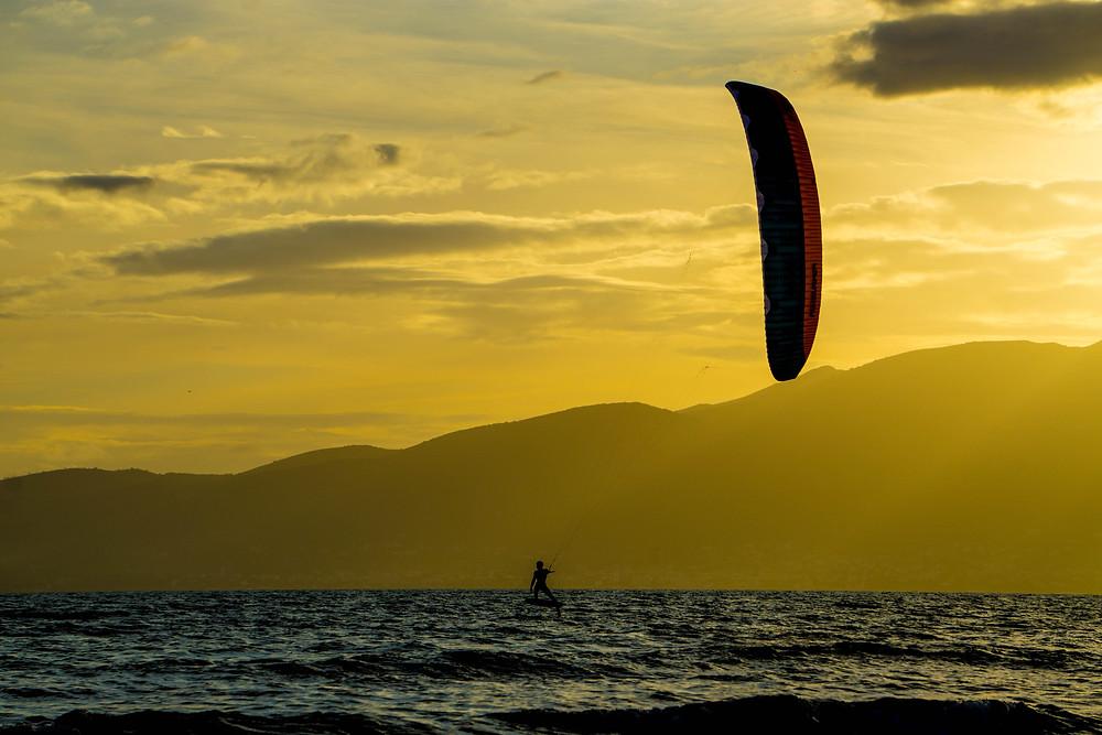 Ο Γιώργος Αργυριάδης με kite στο Σχινιά | Φωτ.: Maxx Romeo