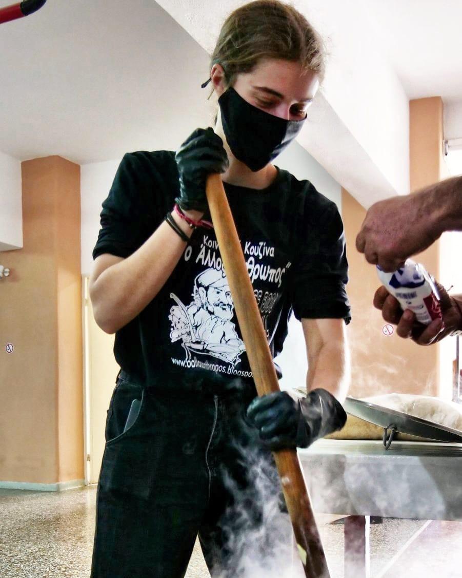 Η Θεοδώρα Κορδερά, ιδρυτικό μέλος   Φωτ.: Fb page Κοινωνική κουζίνα ο άλλος άνθρωπος Νέας Μάκρης