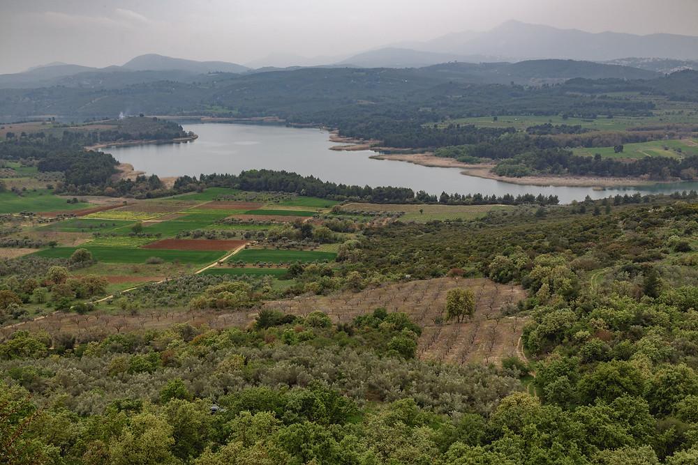 Με θέα τη λίμνη Μαραθώνα, από την Ακρόπολη των Αρχαίων Αφιδνών   Φωτ.: Χάρης Φέτερης