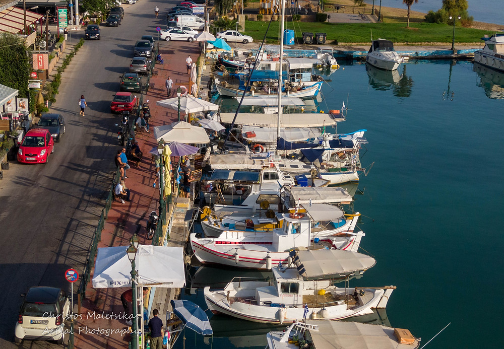 Κάθε πρωί στον πεζόδορμο της Νέας Μάκρης οι ψαράδες διαθέτουν προς πώληση  φρέσκα ψάρια | Φωτ. Χρήστος Μαλέτσικας